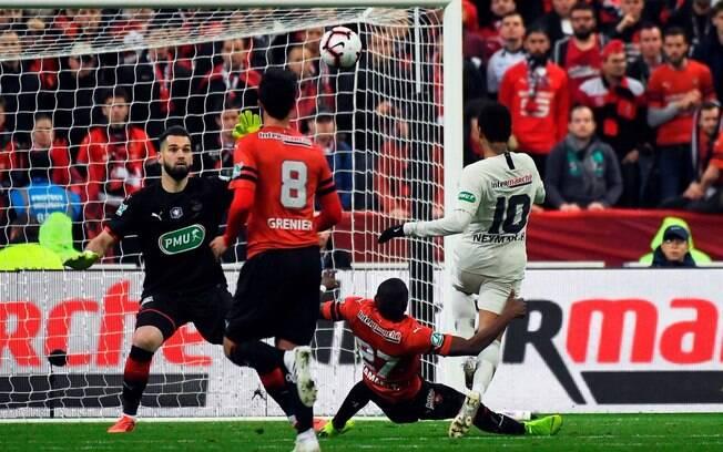 Neymar marcou um golaço de cobertura para o PSG
