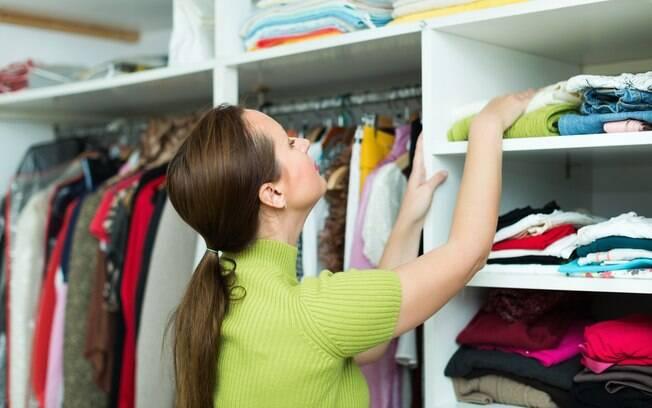 Saber como arrumar o quarto e manter as peças do guarda-roupa em ordem são ações que facilitam a visualizar as peças