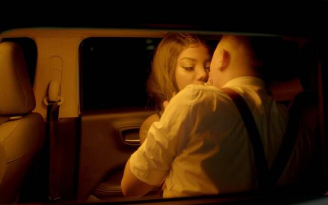 Ludmilla protagoniza pegação dentro do carro com Felipe Araújo em clipe de Clichê