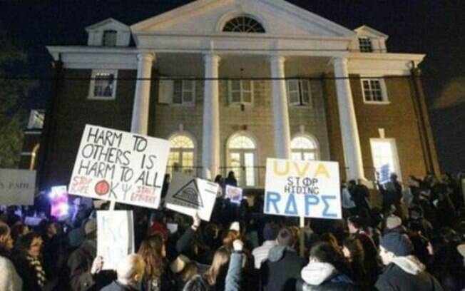 Manifestação em frente à Universidade de Virgínia após matéria da revista 'Rolling Stones'