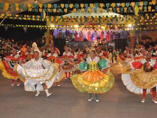 Os tradicionais concursos de quadrilhas encantam pelas cores e alegria