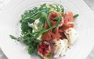 Salada de presunto de Parma, figo e mussarela de búfala