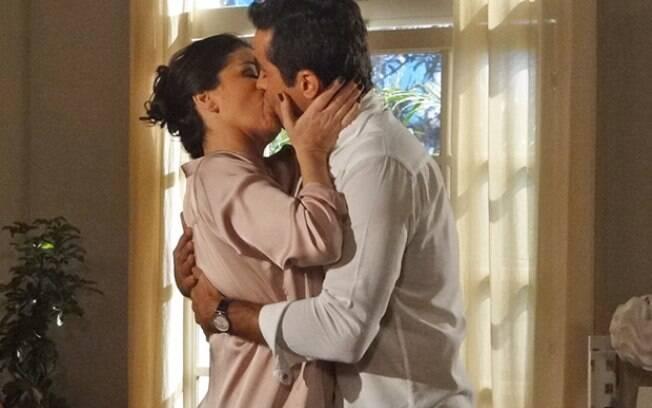 Vicente beija Claudia e declara-se para ela