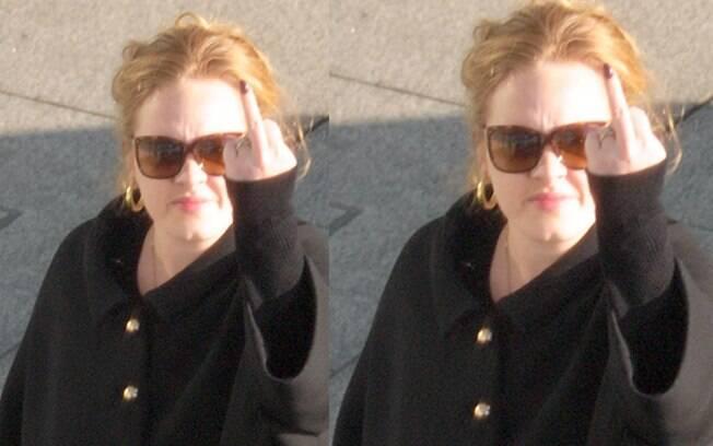 Adele fez um gesto obsceno ao ser vista com o namorado