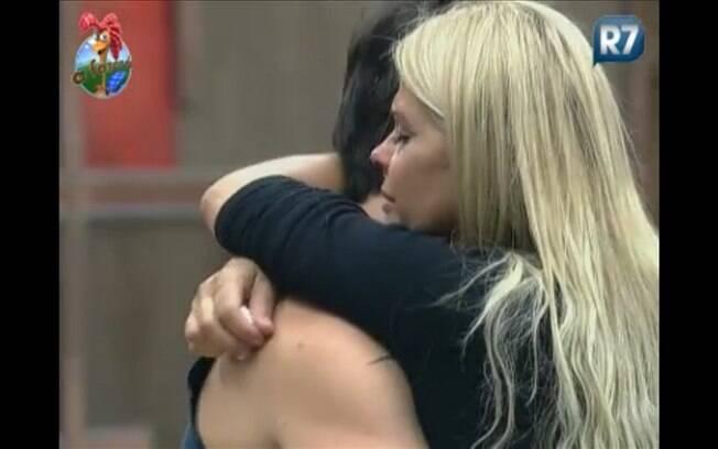 Monique Evans é consolada por Marlon, na manhã desta terça-feira (09)