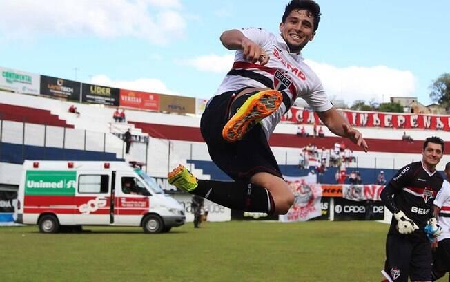 Aloísio comemora um de seus três gols da vitória do São Paulo sobre o Internacional pela 31ª rodada do Brasileirão