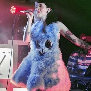 No palco, Melanie se apresenta como Cry Baby, sua alter-ego
