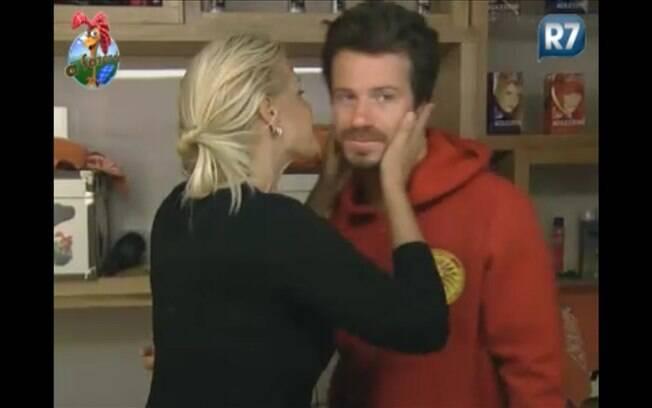 Monique vai ao encontro do cantor para dar beijo de 'bom dia'