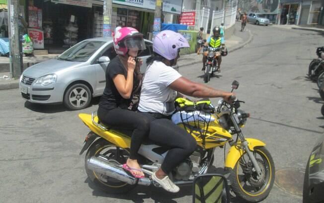 Antônia Fontenelle fez um tour pela comunidade do Vidigal, no Rio de Janeiro, de mototáxi. A atriz ainda parou em uma barraquinha para comer.