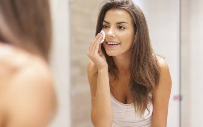 Não há necessidade de litros de água para limpar a pele do rosto. Os produtos podem ser aplicados com algodão ou lenço umedecido e retirados com pouca água ao final