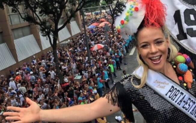 Leandra Leal e a multidão que acompanha o Cordão do Bola Preta no carnaval 2018 no Rio de Janeiro