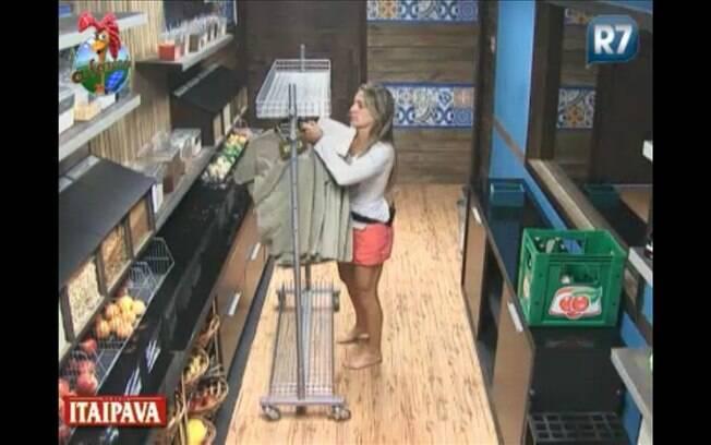 Joana busca os uniformes e tenta descobrir do que se trata a atividade de hoje