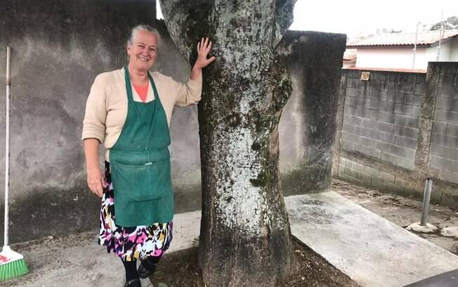 Isildinha varre a rua de casa e lembra de histórias com mais de três décadas
