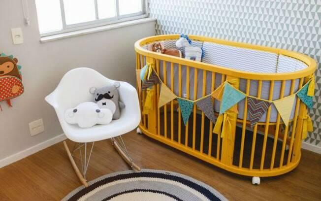 Cor cinza e papéis de parede com estampa geométrica são tendências para o quarto do bebê