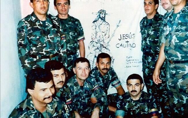 Em foto sem data, Chávez posa com seus companheiros do fracassado golpe de 1992 enquanto estavam presos na cadeia Yare II, perto de Caracas