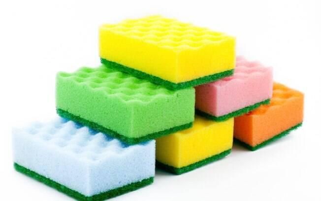 A esponja úmida e sem escorrer é um local propício para proliferação de bactérias