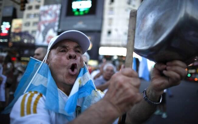 Homem bate penelas durante protesto contra o governo de Cristina Kirchner, em 2012