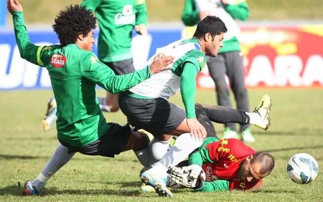 Hulk, Dante e Diego Cavalieri em dividida  durante treino
