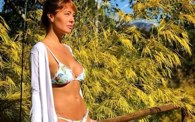 Amanda Beraldi posa sensual e de biquíni em pleno inverno brasileiro