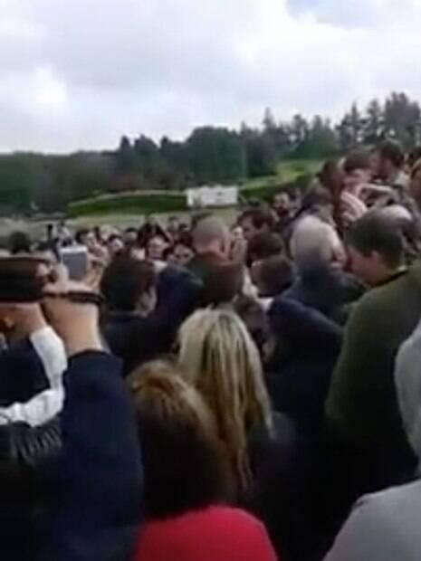 Multidão se reuniu em County Mayo, cidade irlandesa