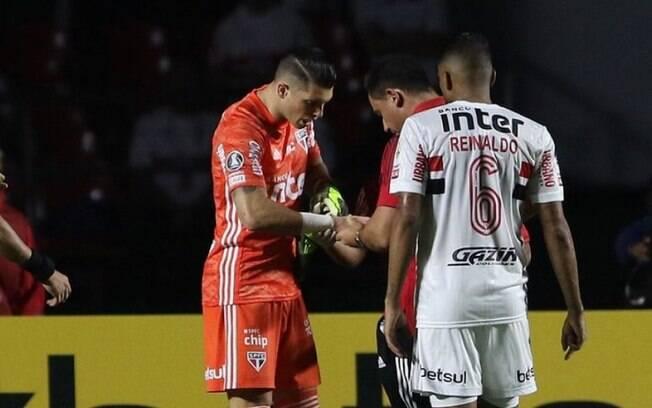 Tiago Volpi sofreu pequena fratura na mão direita