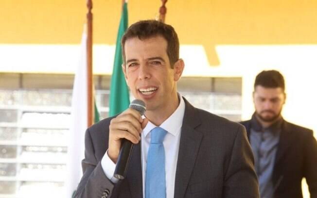 homem falando em microfone