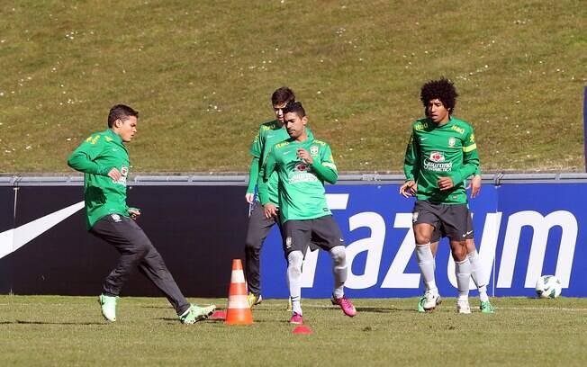 Jogadores fazem exercícios físicos antes de  coletivo em Genebra
