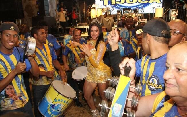 Gracyanne Barbosa e a bateria da escola