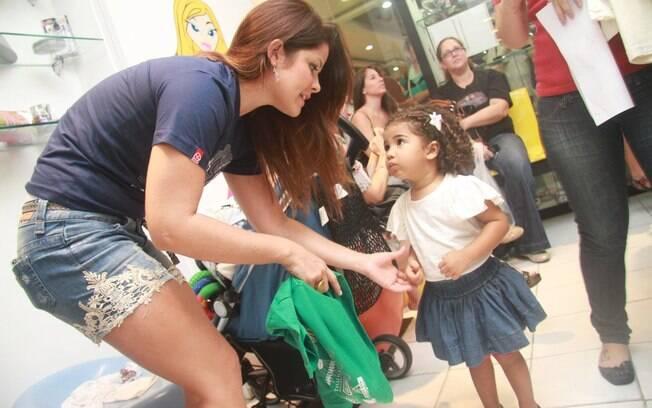 Samara Felippo conversa com a filha, Alícia