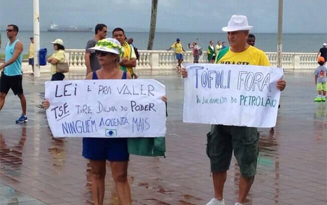Na Bahia, manifestantes seguram cartazes contra Dilma Rousseff e o ministro Dias Toffoli, do STF