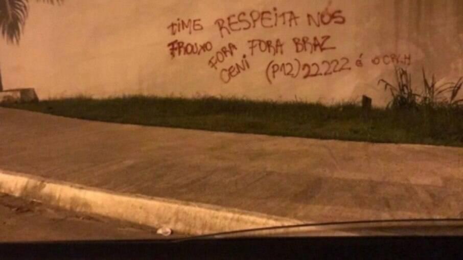 Muro do Flamengo é pichado com protestos