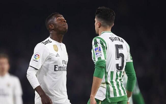 Vinicius Junior e Marc Bartra se desentenderam na partida entre Real Madrid e Betis