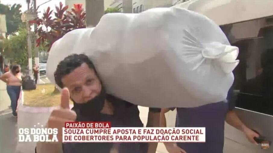 Souza entrega 200 cobertores para Padre Júlio Lancelotti