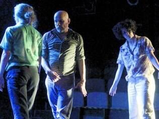 Montagem. Os bailarinos Dorothé Depeauw (de costas), Tuca Pinheiro e Cris Oliveira (calça branca)