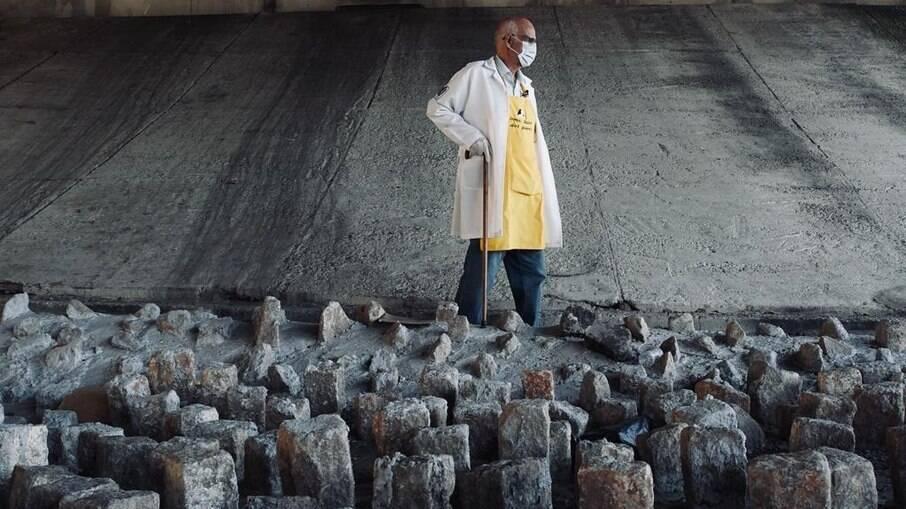 Padre Julio Lancelotti usou uma marreta para tirar pedras colocadas em baixo de viadutos localizados na Avenida Salim Farah Maluf, em São Paulo