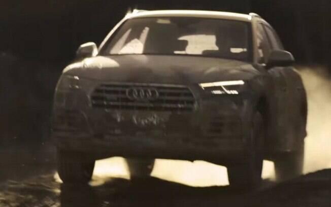 Audi Q5 aparece com a carroceria coberta de lama antes da estreia, no Salão de Paris