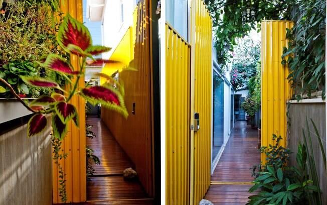 A telha amarela junto ao paisagismo ajuda a iluminar a trazer frescor à casa