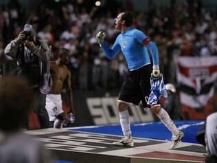 Rogério Ceni celebra vitória tricolor com a torcida paulista