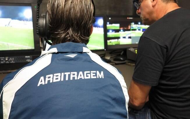 Inexplicável o fato de que o futebol no Brasil não utiliza recursos tecnológicos no auxilio das decisões de jogadas duvidosas