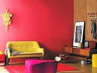 Livros no chão e quadro apoiado no aparador harmonizam o décor