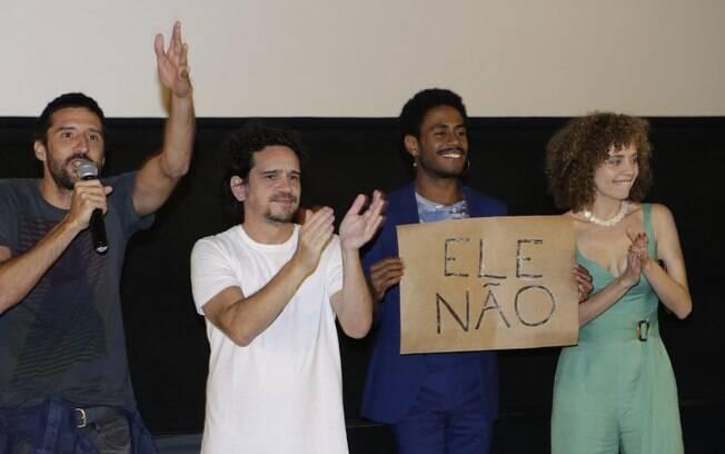 Ícaro Silva protesta contra candidato Jair Bolsonaro durante a pré-estreia de