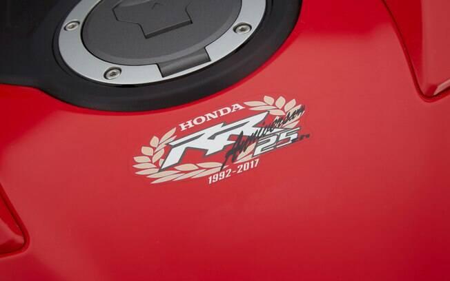 A Honda carrega um adesivo comemorativo, que lembra seus 25 anos de vendas no Brasil. Foto: Divulgação
