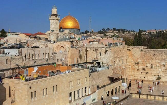 Ao fundo, a cúpula dourada da mesquita Al-Aqsa, com o Muro das Lamentações na frente, em Jerusalém
