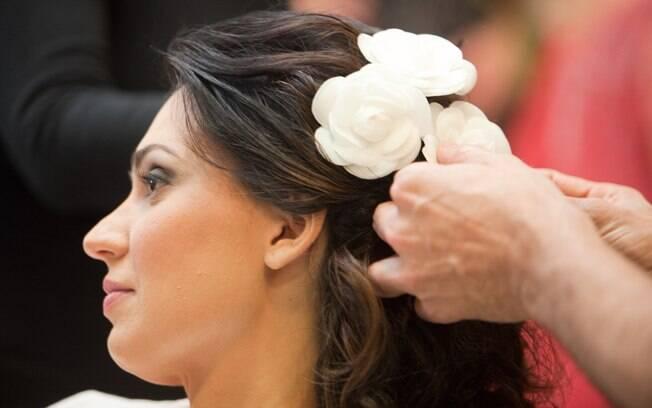 O cabelo semi-preso é uma possibilidade interessante para noivas que querem casar com os fios soltos