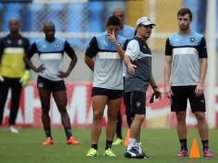 Simões ainda tem dúvidas no meio-campo e no ataque do Botafogo