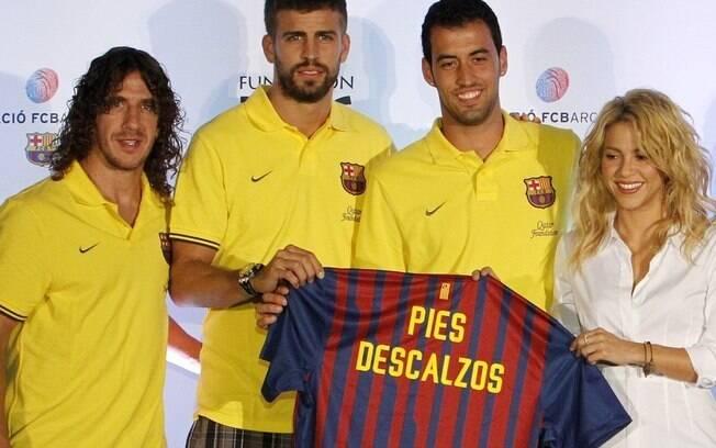 Shakira e Piqué com os jogadores Carlos Pujol e Sergio Busquets