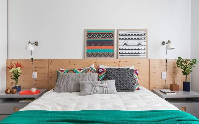 O painel de madeira é solução simples e certeira para modernizar o quarto