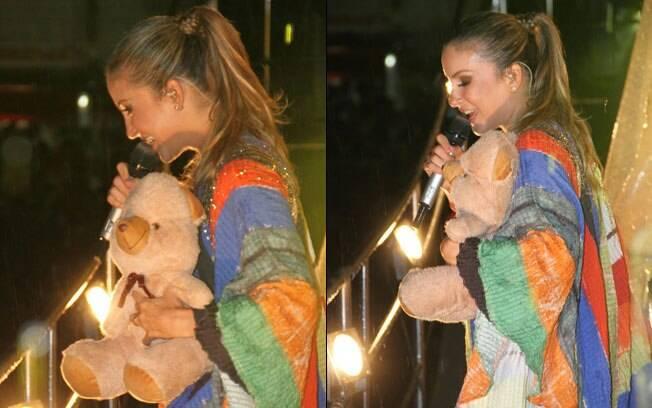 Claudia Leitte recebe o carinho dos fãs