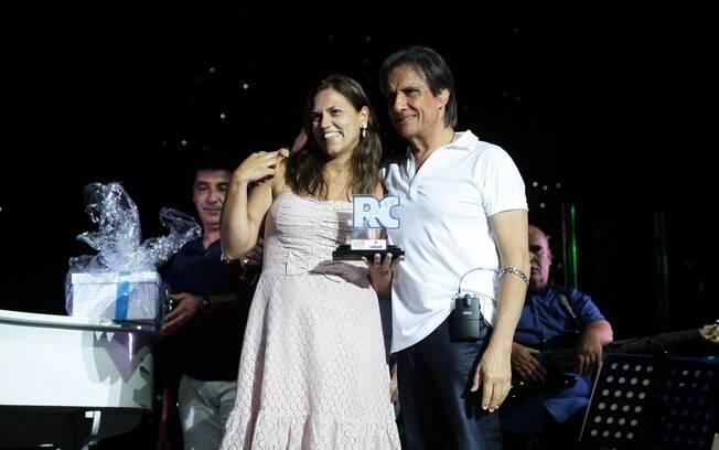 Roberto Carlos entrega o troféu a uma das vencedoras do Karaokê de Arromba em Alto Mar