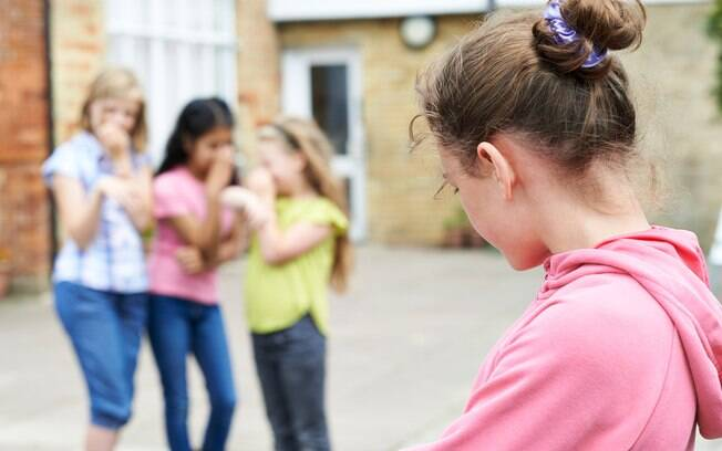 O bullying tem consequências psicológicas e é  caracterizado por agressões físicas e verbais entre crianças e adolescentes